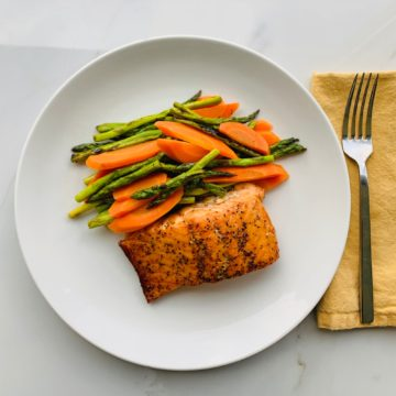 Hot smoked salmon with asparagus and carrots